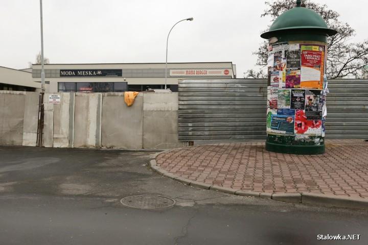 W Stalowej Woli ruszyły prace związane z budową restauracji szybkiej obsługi KFC. Inwestycja zostanie ulokowana nieopodal Centrum 4. Teren ogrodzono.