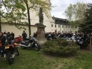 W Motoświęconce udział wzięło około 140 motocyklistów, którzy zjechali na przyklasztorny plac. Część z nich zamiast tradycyjnych koszyków, święconkę włożyła do kasku.