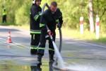 Strażacy przystąpili do uprzątnięcia nieczystości. Zorganizowano ruch wahadłowy, którym kierowali policjanci wraz ze strażakami. Po godzinnej akcji śliską maź zneutralizowano.