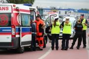 Na miejsce przyjechała karetka pogotowia oraz trzy radiowozy policji. Teren zabezpieczono. Przybyły lekarz zdecydował o przetransportowaniu poszkodowanego z urazem ręki do szpitala.