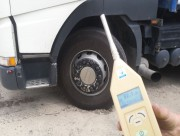 Policjanci ze Stalowej Woli podczas długiego czerwcowego weekendu zatrzymali 19 dowodów rejestracyjnych za nadmierną emisję hałasu oraz niezgodny z przepisami współczynnik przenikania światła do wnętrza pojazdu. Funkcjonariusze ukarali 13 kierujących mandatami, a wobec 6 zastosowali pouczenia. Łącznie skontrolowali blisko 40 pojazdów.