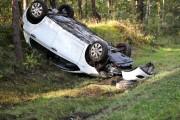 Auto zjechało na przeciwległy pas jezdni a następnie dachowało na pasie zieleni.