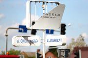 Wielu mieszkańców pyta, kto odpowiada za utrzymanie tablic a także komercyjnych reklam nad nazwami ulic?