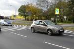 Przy zjeździe z wiaduktu nad torami w kierunku centrum Stalowej Woli na przejściu na pieszych na ulicy Komisji Edukacji Narodowej, rowerzysta został potrącony przez renault clio.