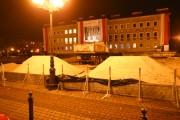 Miejskie lodowisko powstaje na placu Piłsudskiego w Stalowej Woli przed Miejskim Domem Kultury. Dziś przywieziono piach do niwelacji pochyłego placu Piłsudskiego.