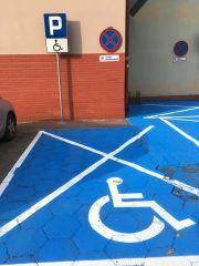Parking dla niepełnosprawnych z zakazem parkowania.