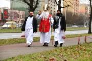 Święty Mikołaj ubrany był w swój tradycyjny biskupi strój.