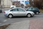 Do wypadku doszło przy wjeździe do szpitala od strony ulicy Staszica. Na miejsce przyjechała karetka pogotowia oraz radiowóz ze stalowowolskiej drogówki.
