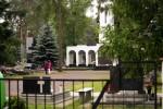 Na obelisku zostało upamiętnionych 26 wojskowych i 17 funkcjonariuszy policji.