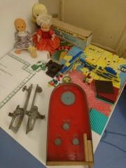 Wśród eksponatów znajdują się zabawki, którymi dawniej bawili się mali stalowowolanie.