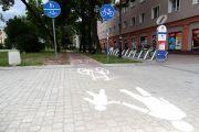 Podwójne oznakowanie na ścieżce rowerowej. Mieszkańcy pytają: kto taki je produkuje, że ąz tyle trzeba ich instalować?
