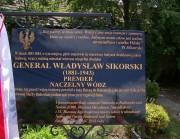 W niedzielę 8 lipca w Radomyślu miało miejsce niecodzienne wydarzenie poświęcone pamięci gen. Władysława Sikorskiego. Odsłonięto granitową tablicę upamiętniającą ślady tego męża stanu w Radomyślu.