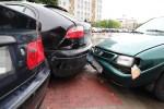 Do zdarzenia doszło na drodze dojazdowej nieopodal bloku na Poniatowskiego 15. Na miejsce przyjechała policja ze stalowowolskiej drogówki. Zastano trzy uszkodzone pojazdy. Jeden z nich stał w poprzek drogi.