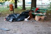 Mężczyzna leżał na części parkowej Placu Piłsudskiego od strony torów. Wyglądał jakby zsunął się z ławki. Nie dawał oznak życia.
