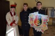 Gości wchodzących na konferencję witali uczniowie z kolorowym wizerunkiem Polski.
