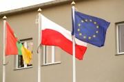 Na jednym z trzech masztów przed budynkiem Urzędu Miasta w Stalowej Woli po raz pierwszy zawisła flaga Unii Europejskiej. Radni opozycji zauważyli też jej obecność na sali obrad. Nie kryli swojego tryumfu.
