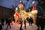 Gdy robiło się coraz ciemniej z niecierpliwością oczekiwano na zapalenie świątecznych iluminacji. W tym roku szczególną ciekawość wzbudzał zimowy zamek, najnowszy nabytek zakupiony przez miasto.