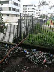 Kokosza Górka - skarpa między ulicą Wojska Polskiego a Okulickiego w Stalowej Woli to miejsce schadzek i libacji alkoholowych. Jeden z naszych Czytelników dla potwierdzenia wysłał nam zdjęcie.