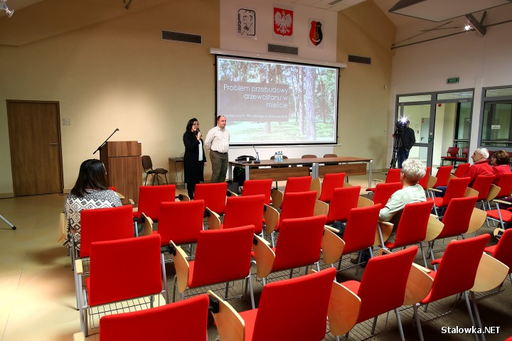 W Bibliotece Międzyuczelnianej odbyło się spotkanie z dr inż. arch. kraj. Wojciechem Bobkiem, który przedstawił wyniki inwentaryzacji dendrologicznej Placu Piłsudskiego. Miejsce to w przyszłości ma zostać zrewitalizowane.