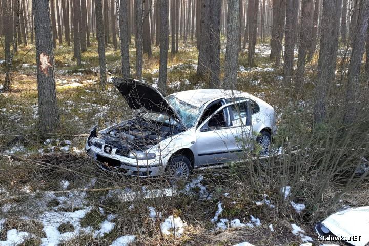Pomiędzy Zaklikowem a Lipą dachowało auto. Jezdnia była śliska.