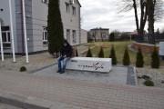 W powiecie stalowowolskim ławkę zainstalowano w Zaleszanach obok Urzędu Gminy.