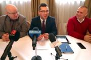 Radni miejscy ze Stalowowolskiego Porozumienia Samorządowego: Damian Marczak, Andrzej Szymonik z głosem doradczym byłego prezydenta Stalowej Woli Andrzeja Szlęzaka, spotkali się we wtorek z dziennikarzami na konferencji prasowej.