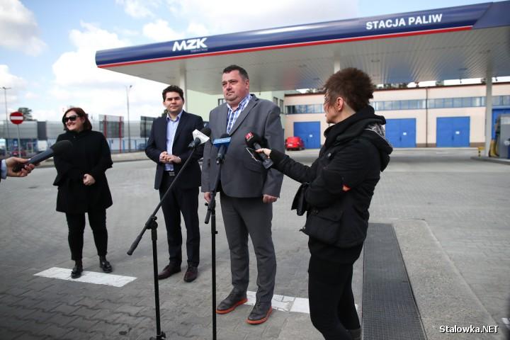 Na stacji znajduje się sześć dystrybutorów, przy których można zatankować benzynę bezołowiową Pb 95, olej napędowy i płyn AdBlue do oczyszczania spalin oraz płyn do spryskiwaczy.