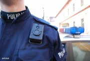 W połowie lutego 2019 roku na wyposażenie policjantów z Komendy Miejskiej w Rzeszowie trafiło 100 osobistych kamer. Miniaturowe urządzenia audio-wizualne są przypinane do ich umundurowania.