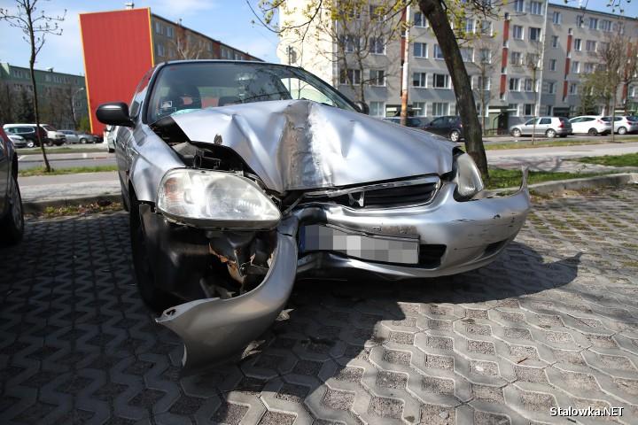 Na ulicy Wojska Polskiego pijany 27-latek wjechał w drzewo.