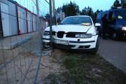 Na ulicy Kasprzyckiego w Stalowej Woli auto wjechało w płot budowanej hali ARP.