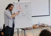 Szymon Teluk wyjaśnił warsztatowiczom, jaką rolę pełnią kadry komiksowe, dymki, co to są rynny, ikonki oraz jak np. zapisać dźwięk aby rysunek krzyczał lub szeptał.