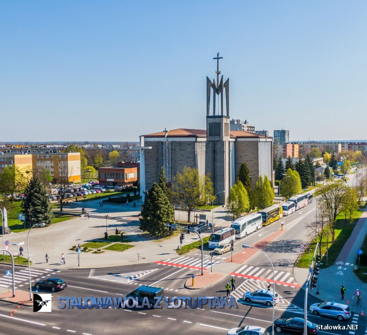 Do redakcji Stalowka.NET wpływają zapytania na temat utrudnień w ruchu na ulicy Popiełuszki w Stalowej Woli. Wzdłuż jezdni są zaparkowane autokary.