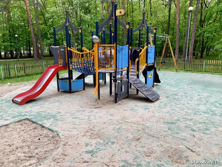 Na urządzeniach i bezpiecznym podłożu tabuny piachu, na których małe dzieci co chwilę się ślizgają i przewracają, zjeżdżając chociażby ze zjeżdżalni.