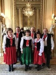 W pierwszym dniu Pyszniczanie wystąpili w siedzibie Ambasady, gdzie zaprezentowali piękny polski folklor ludowy przeplatany pieśniami patriotycznymi.