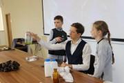 Jakub Skworz, ku wielkiej uciesze dzieci przeprowadził również kilka eksperymentów, ponadto każde dziecko otrzymało od autora zakładkę do książki z autografem.