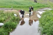 Akcja umacniania wałów w miejscowości Laski na rzece Lęg przez miejscowe OSP.