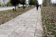 Leciwy chodnik wzdłuż ul. Okulickiego jest zniszczony i wymagał remontu. Wykonany z płytek ma liczne ubytki i jest nierówny.
