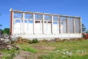 Inwestycja ruszyła w maju i rozpoczęła się od rozbiórki istniejącej sali gimnastycznej. W jej miejsce powstanie hala sportowa i pływalnia.
