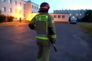 Nie było czasu aby czekać aż ktoś otworzy bramy ze względu na zagrożenie życia. Strażacy rozcięli więc kłódkę nożycami.