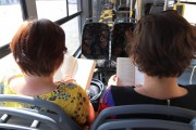 Bookcrossing polega na zostawianiu przeczytanych książek w miejscach publicznych, po to, by znalazca mógł je przeczytać i znów puścić w obieg. Czy takim miejscem może być miejski autobus? Pewnie, że tak, skoro tymi pojazdami poruszają się dziennie tysiące mieszkańców Stalowej Woli i okolic.