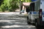 Na miejsce przyjechała straż pożarna oraz policja. Strażacy ogrodzili teren taśmami.