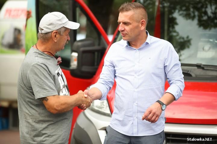Dziś w godzinach porannych politycy objazd po województwie podkarpackim rozpoczęli od Stalowej Woli, gdzie na targu rozmawiali z mieszkańcami o bieżącej sytuacji politycznej i społecznej.