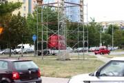 Przy kilku skrzyżowaniach w Stalowej Woli na terenach zielonych postawiono potężne konstrukcje. Mieszkańcy pytają: w jakim celu?