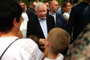 Gdy tylko prezes PiS Jarosław Kaczyński pojawił się na horyzoncie, tłum zaczął skandować jego imię oraz bić brawa.