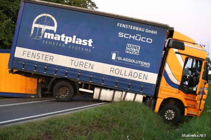 Ciężarówka zablokowała drogę między Zaleszanami a Gorzycami.