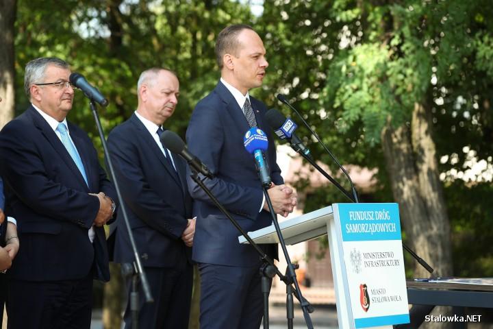 Od lewej: minister infrastruktury Andrzej Adamczyk, prezydent Stalowej Woli Lucjusz Nadbereżny, wiceminister infrastruktury Rafał Weber, dyrektor Krzysztof Sopel z Podkarpackiego Urzędu Wojewódzkiego.