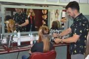 Juan Carlos Moya Ortega - Hiszpan, który prywatnie przebywa w Stalowej Woli przez kilka dni, dał pokaz układania fryzur dla uczennic technikum o specjalności fryzjerskiej w Centrum Edukacji Zawodowej.