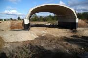 Trwa budowa obwodnicy Stalowej Woli i Niska, która będzie przebiegać wzdłuż nadsańskich błoni. Aby mieszkańcy mogli swobodnie dostać się na tereny rekreacyjne, jest budowane coś na kształt bramy.