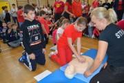 W sali gimnastycznej od godziny 12:00 do 12:30 przy wykorzystaniu fantomów, dzieci nieprzerwanie prowadziły resuscytację krążeniowo - oddechową.