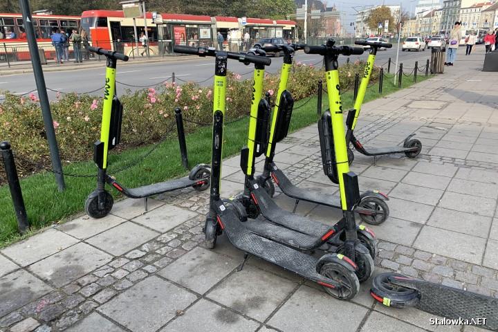 Elektryczne hulajnogi na minuty cieszą się coraz większą popularnością w miastach. Mają stać się alternatywą do korzystania z miejskiego transportu, urozmaicając ofertę obok rowerów i skuterów.